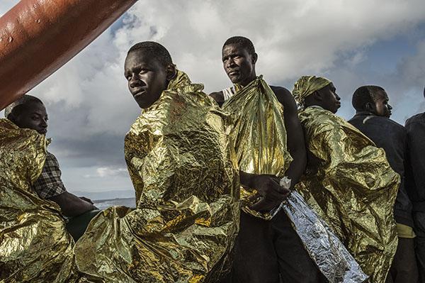 Gerettete Flüchtlinge auf der MSF Bourbon Argos erblicken zum ersten mal die italienische Küste