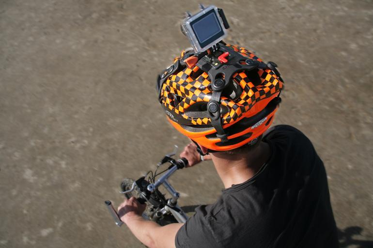 Die neue Halterung soll Kameras ohne Kleberückstände an allen Helmmaterialen befestigen.