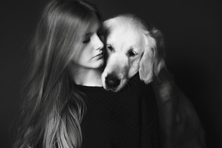 Iza Łyson (18)begeistert seit einigerZeit die internationaleFotowelt mit ihren Hundefotos.Vor sechs Jahrenbegann Łysondamit, ihre beiden HundeLuna und Puska zufotografieren. Aus dieserSerie ist eine ganzeFotopassion gewachsen.Łyson lebt in dem malerischen Dorf Inwałdim Süden Polens. Dort und in der unmittelbarenUmgebung im Schlesischen Vorgebirge entstehenauch die meisten ihrer Bilder. Regelmäßighilft Łyson auch in einem Tierheim in Krakauaus. Sie ist dort als Fotografin ein Teil desTeams. Neben einigen Ausstellungen ist diesdie erste große Publikation in einem Magazinaußerhalb Polens.
