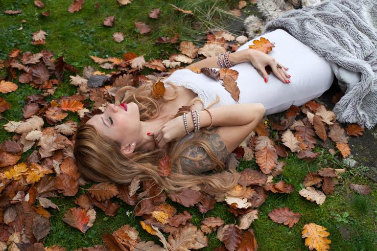 Porträtretusche: Stimmungsvoller Beautylook im Blättermeer