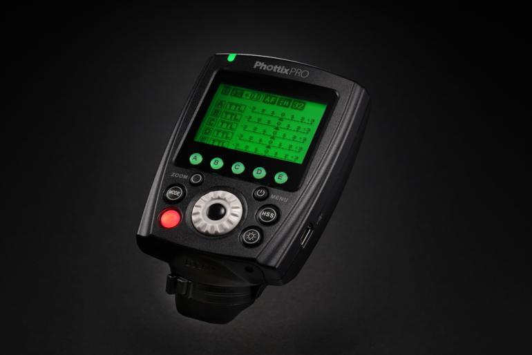 Das beleuchtete LCD‐Displays des Phottix Odin II TTL Blitzauslösers zeigt alle Einstellungen auf einen Blick.