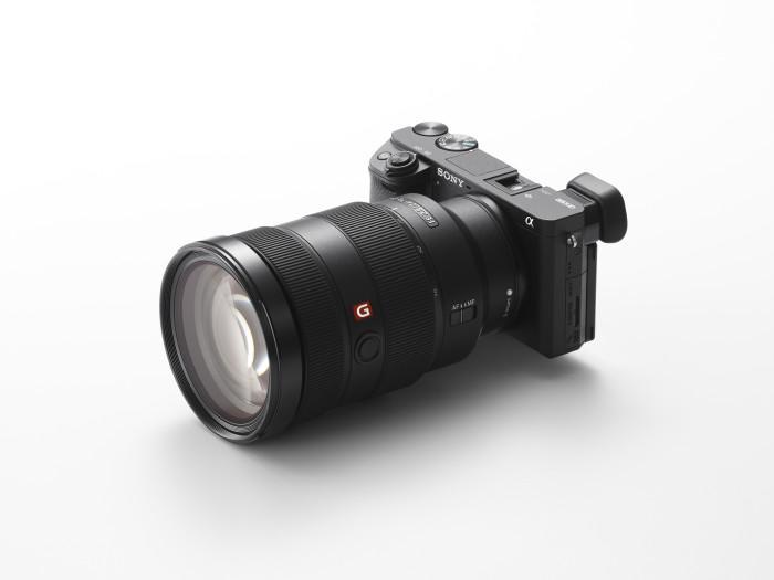 Im Kit ist die Kamera mit dem SELP1650 Standardobjektiv für 1399 Euro zu haben, oder mit dem SEL1670Z für 2250 Euro.