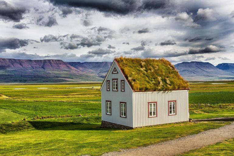 Glaumbær ist eine winzige Ortschaft im Norden Islands – heute hauptsächlich durch ihren Museumshof bekannt. Das Infohäuschen des Museums steht abseits der typischen Torfhäuser.