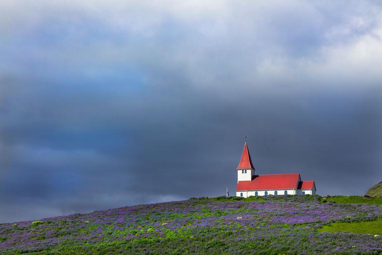 Diese malerische Kirche liegt in Vík í Mýrdal, dem südlichsten Ort auf Islands Festland.