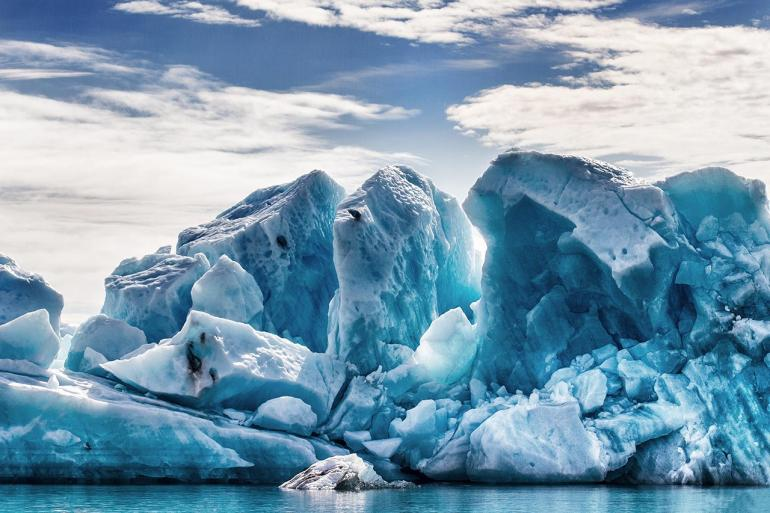 Treibeis bietet spektakuläre Motive. Der Gletschersee Jökulsárlón ist bekannt für dieses Naturschauspiel. Er befindet sich im Südosten der Insel.