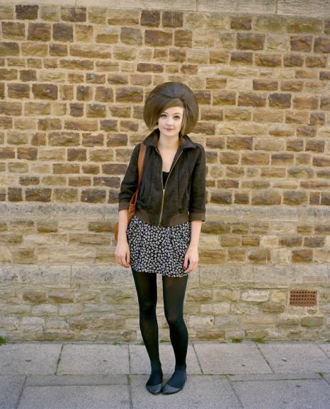 In der idyllischen Kleinstadt Hastings im Süden Englands ist dieses Porträt entstanden. Niall McDiarmid fand eine Backsteinmauer, die farblichperfekt zur Kleidung und zu den Haaren dieser jungen Dame passte.