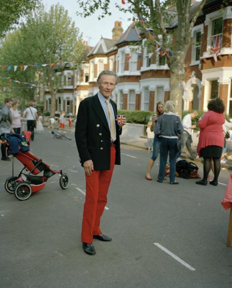 Im Londoner Stadtteil Wandsworth entdeckte McDiarmid den Teilnehmer eines Straßenfests. Es ist eines der ersten Bilder, die der Fotograf für seine Porträt-Serie erstellt hat. Aufgenommen wurde es im Sommer 2011.