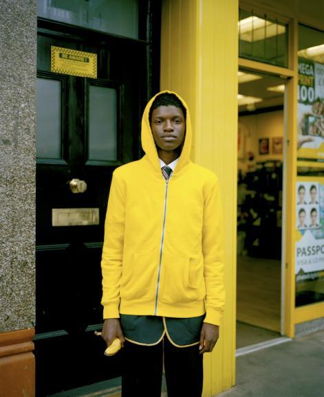 """""""Schuljunge mit Banane"""" hat Niall McDiarmid dieses Porträt genannt. Fotografiert hat er die Aufnahme im Mai 2015 im Londoner Stadtteil Croydon."""