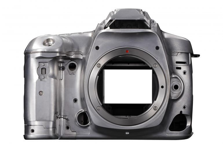 Der magnesiumlegierte und mit Dichtungen versehene 5D-Mark-IV-Body ist gegen Staub und Spritzwasser geschützt. Im Vergleich zur Mark III ist das Gehäuse rund 60 Gramm leichter.