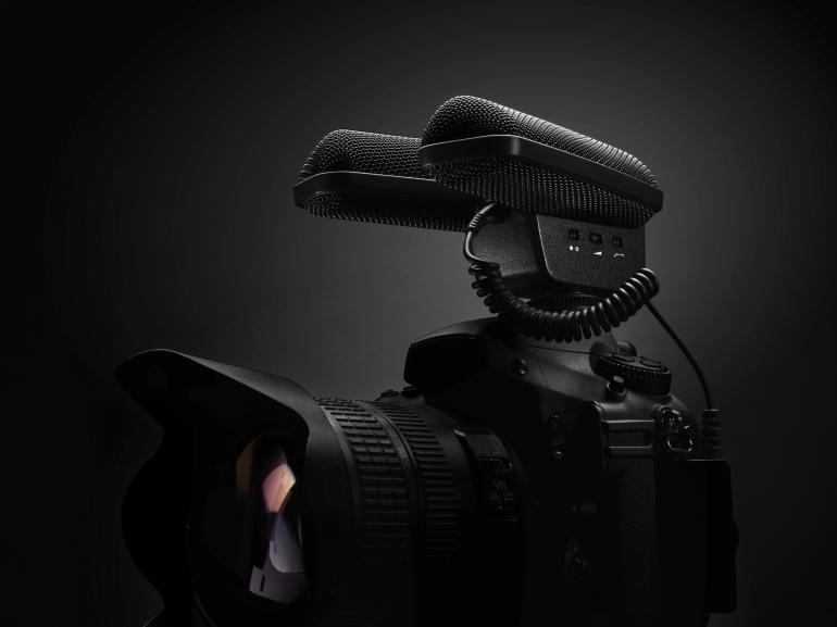 Das MKE 440 nimmt dank v-förmiger Bauweise und zwei Richtmikrofonen den Ton in Stereo auf.