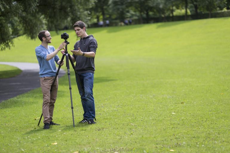 Unser Redakteur Tim und DigitalPHOTO-Leser Simon gehen sieben Stativen auf den Grund