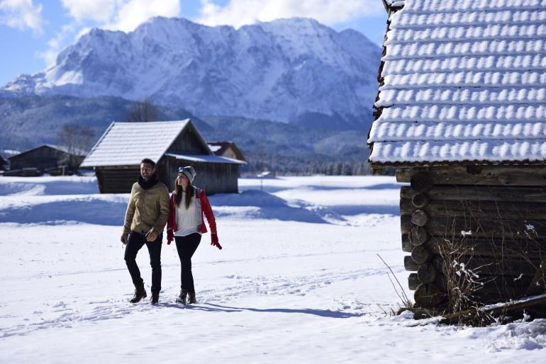 Einen entspannten Spaziergang durch die verschneite Landschaft machen.