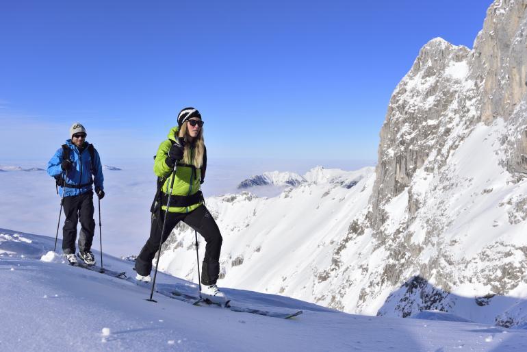 Sportliche Aktivitäten wie Skitouren, durch die Berge stehen auch auf dem Programm.