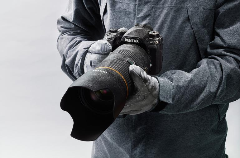 Wetterfest, hart im Nehmen und mit einem langlebigen Verschluss ausgestattet, so präsentiert sich die erste Vollformat-DSLR K-1 von Pentax.