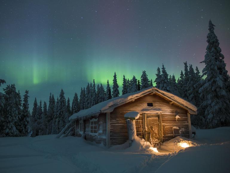 Das Saunahaus – ein perfekter Ort, um die Abende ausklingen zu lassen. Die Wärme kam vom Holzofen, der angeheizt wurde. Im Hintergrund das Polarlicht.