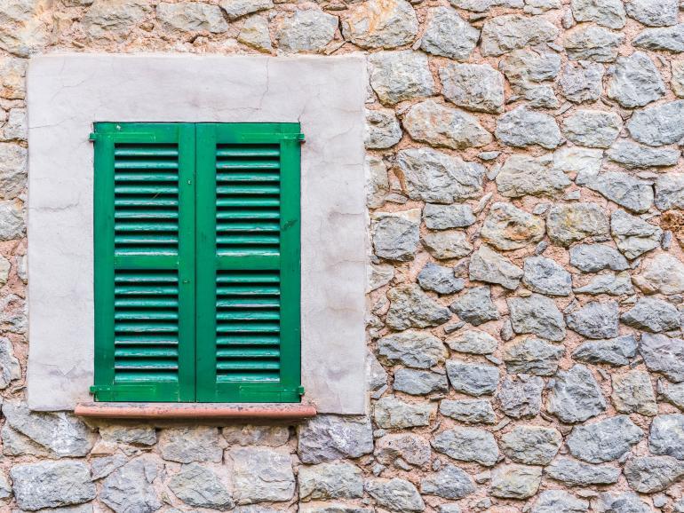 Fensterladen im ersten Drittel des Bildausschnitts