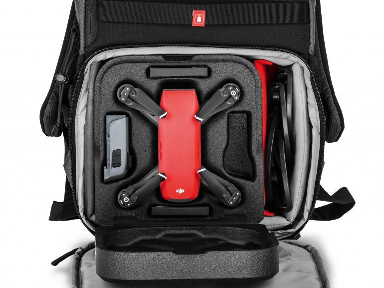 In dem NX CSC Rucksack kann auch eine klappbare Drohne transportiert werden.