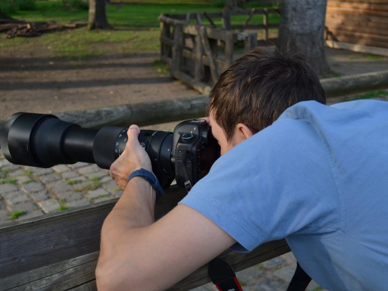 Solch ein Supertelezoomobjektiv braucht Stabilität beim Fotografieren. Nutzen Sie verfügbare Flächen, wie hier einen Zaun, um das Objektiv aufzulegen, oder verwenden Sie ein Stativ