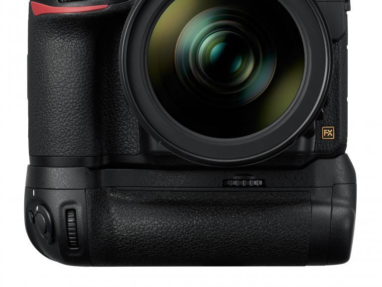 Mit dem optional erhältlichen Nikon Multifunktionshandgriff MB-D18 (439Euro) lassen sich Serienaufnahmen von bis zu neun Bildern pro Sekunde aufzeichnen.