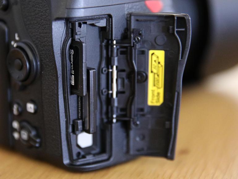 Der doppelte Kartenslot bietet Platz für eine SD- und eine XQD-Karte.