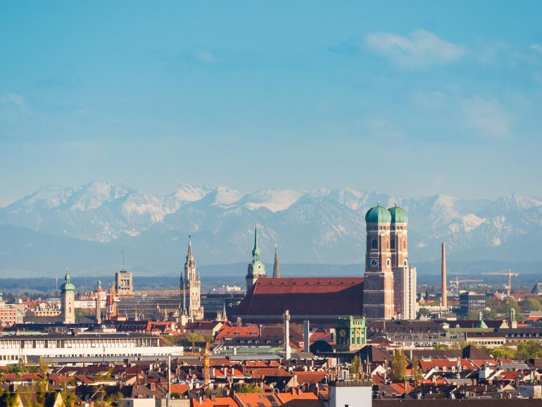 Stadt-Panorama mit Seitenlicht in München