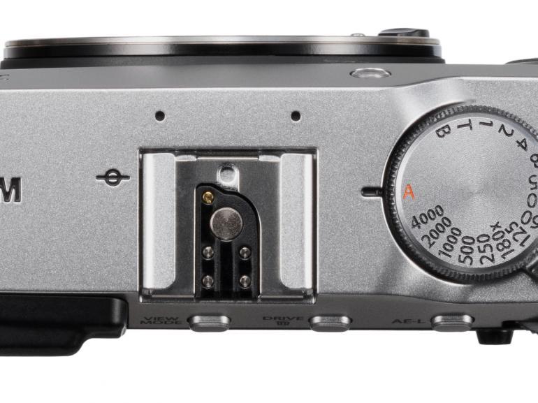 Bei der Draufsicht fällt auf, dass Fujifilm auf den Aufklappblitz verzichtet hat.