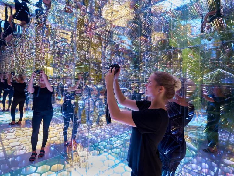 """Eine Fotografin erkundet das interaktive Kunstwerk """"Infinite Tiles of Virtual Space"""" des New Yorker Künstlers Gabriel Pulecio."""