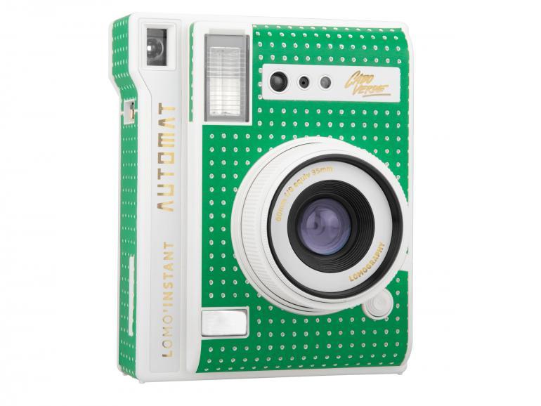 Knalliges Grün: Die Lomo'Instant Automat Cabo Verde besitzt ein grün-weiß gepunktetes Kameragehäuse aus Kunststoff.