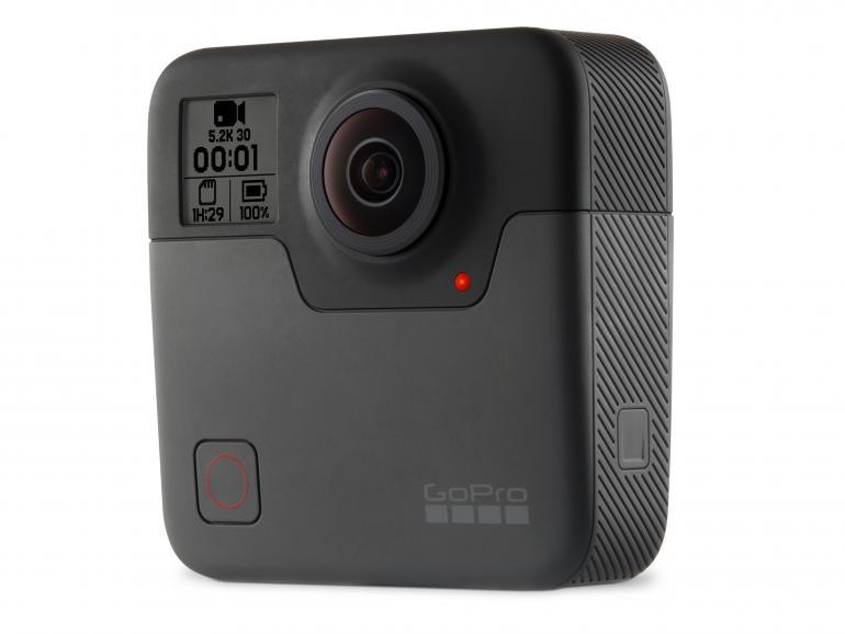Überdimensionierte Action-Cam: Im Vergleich zu einer klassischen Action-Cam fallen die Abmessungen der Fusion üppig aus. Für eine 360-Grad-Kamera ist das Design allerdings gelungen!