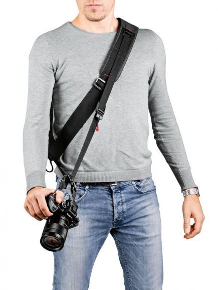 Tasche, Gurt und Kamera im einsatzbereiten Zustand.