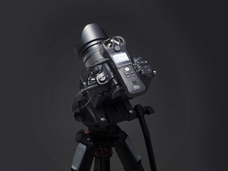 Ob als mobiler Recorder oder angeschlossen an die Kamera: Die Kondensatormikrofone des Zoom H1n garantieren kristallklare Stereo-Aufnahmen und wurden speziell für den Einsatz in der Praxis entwickelt.