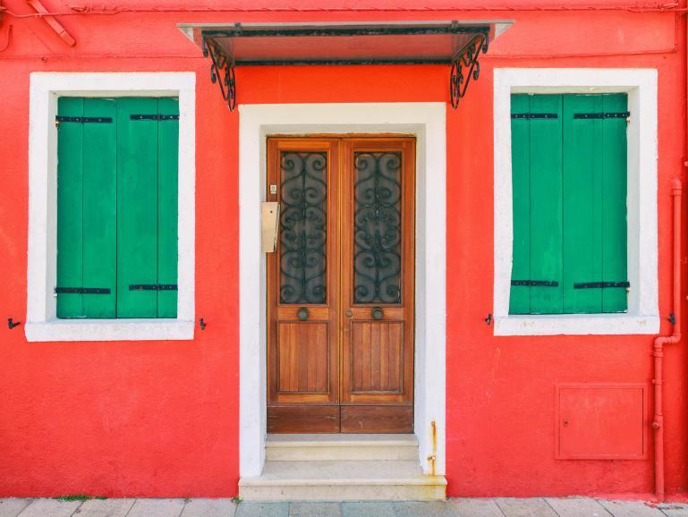 Die beiden Farben Rot und Grün stehen sich im Farbkreis gegenüber.