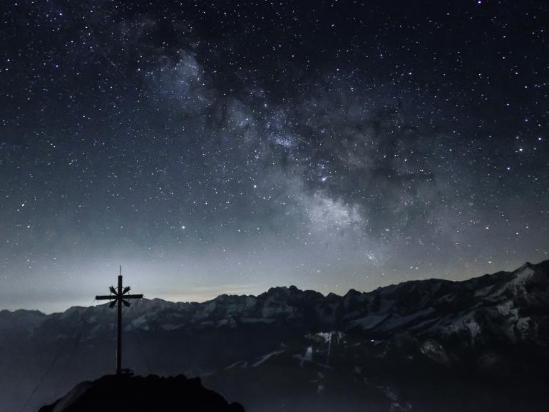 Einer unserer Leser hat diesen Sternenhimmel über den Ammergauer Alpen perfekt in Szene gesetzt.