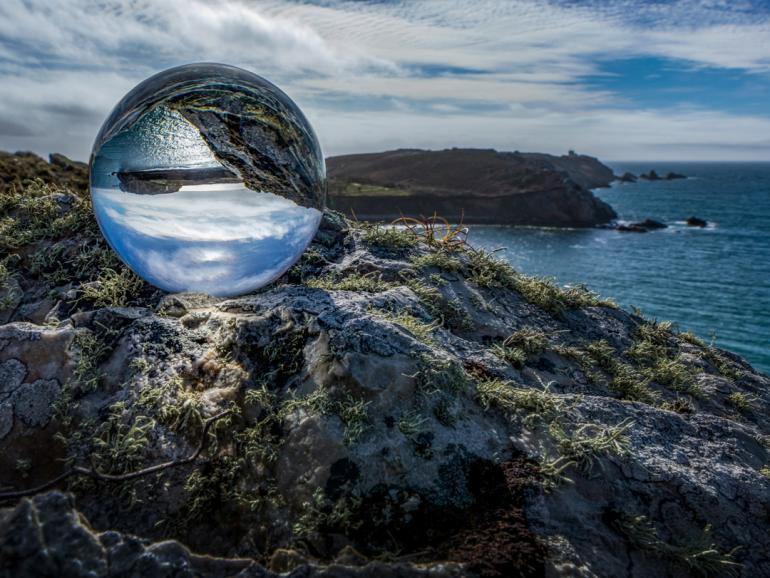 Auf seinen Reisen nimmt Fotograf Harald Kröher gerne eine Glaskugel mit. Neben der schönen Spiegelung wird hier auch die Schärfe des von ihm benutzten Sigma-Objektivs verdeutlicht.