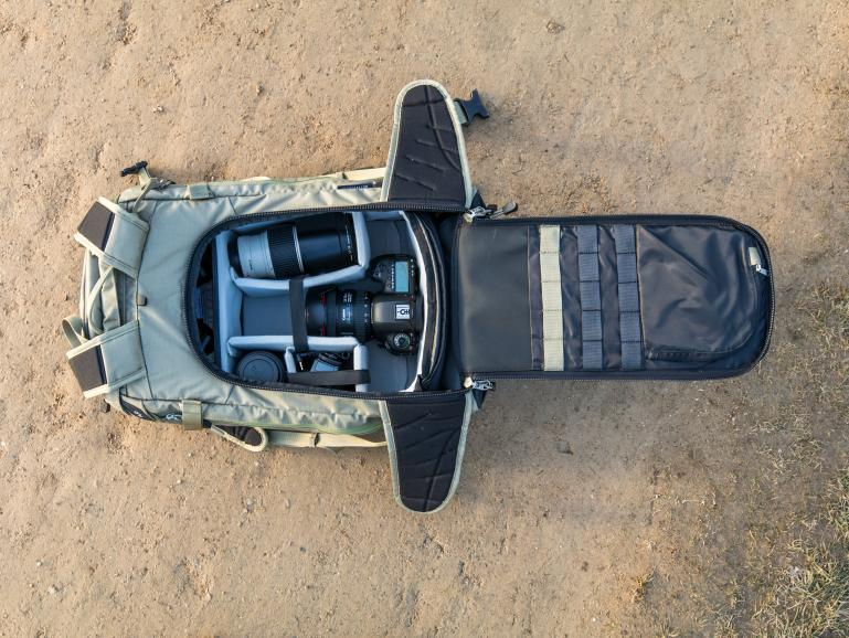 Der Zugang zur Kamera erfolgt beim f-stop Lotus über eine rückseitige Öffnung.
