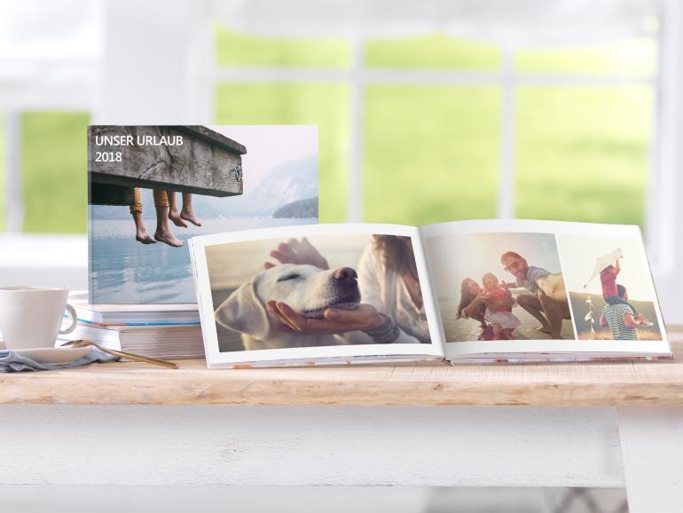 Mit der Pixum App gestalten Sie Ihr Urlaubsfotobuch genauso schnell und komfortabel mit Ihrem Smartphone wie mit Ihrem PC zu Hause.