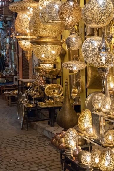 Das Kunsthandwerk ist in Marrakesch populär. Hier im Bild: das umfangreiche Leuchtenangebot eines Basarhändlers.