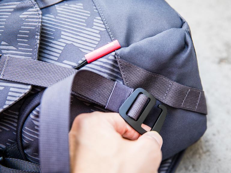 Schnell und sicher: Verschlossen wird die Tasche mit speziellen Haken. Auf eine typische Schnalle wird verzichtet.