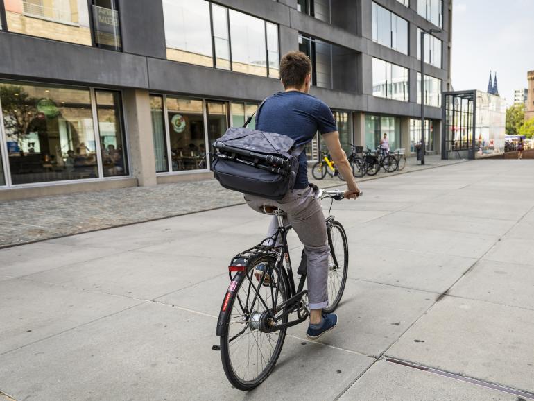 Macht ihren Namen alle Ehre: Auch voll beladen lässt sich die Umhänge-Fototasche Noreg Messenger-30 noch gut auf dem Fahrrad mitnehmen.