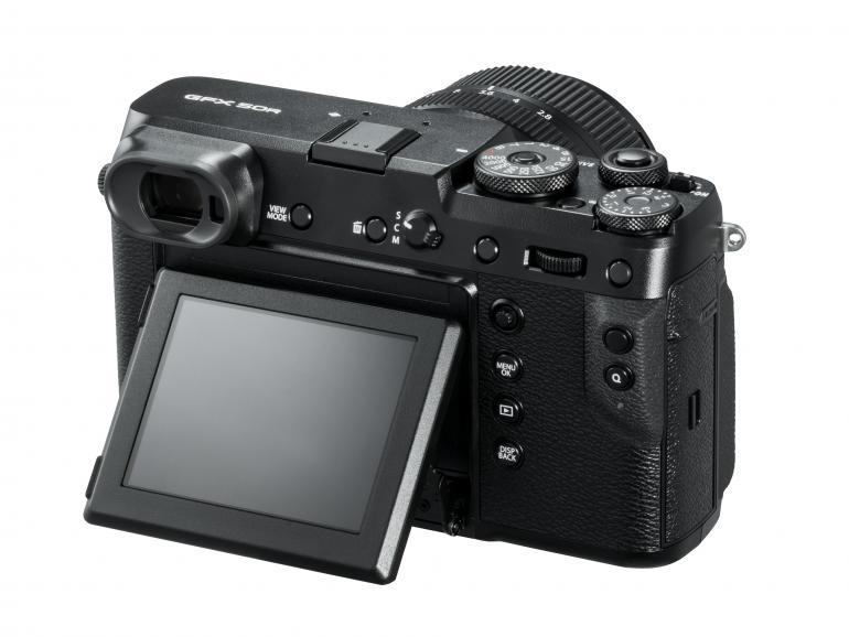 Die GFX 50R im Design einer Messucherkamera verfügt über einen klappbaren LCD-Touchscreen mit 2,36 Millionen Bildpunkten.