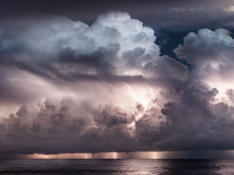 Dank der Offenblende von f/2.8 lassen sich mit dem Tamron 15-30mm G2 auch bei Dunkelheit tolle Gewitterbilder machen.