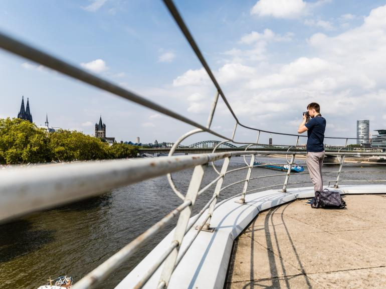 In die Kameratasche Noreg Messenger-30 passen neben einer Kamera plus Wechselobjektiv auch ein Laptop, ein Tablet und ein Stativ. Damit ist Fotograf Nico Metzger auf seinem Fotoausflug durch Köln bestens gerüstet. Für längere Reisen lässt sich das modulare System bequem erweitern. Das Kamerafach wird dann zur separaten Schultertasche, so dass die Haupttasche weitere persönliche Dinge fassen kann.