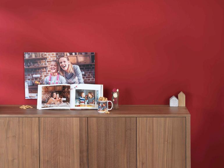 Geschenke, die Freude machen: Fotoprodukte sind ideale Weihnachtsgeschenke, weil sie beim Beschenkten Emotionen auslösen und Erinnerungen wecken. Egal, ob Sie sich für ein Wandbild, ein Jahres-Fotobuch oder für eine Fototasse entscheiden.