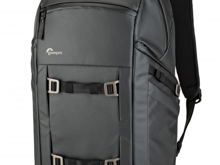 Schlichter Fotorucksack: Der Lowepro Freeline, erhältlich in Schwarz und Grau, verzichtet auf ausgefallene Designs. Das gefällt uns!