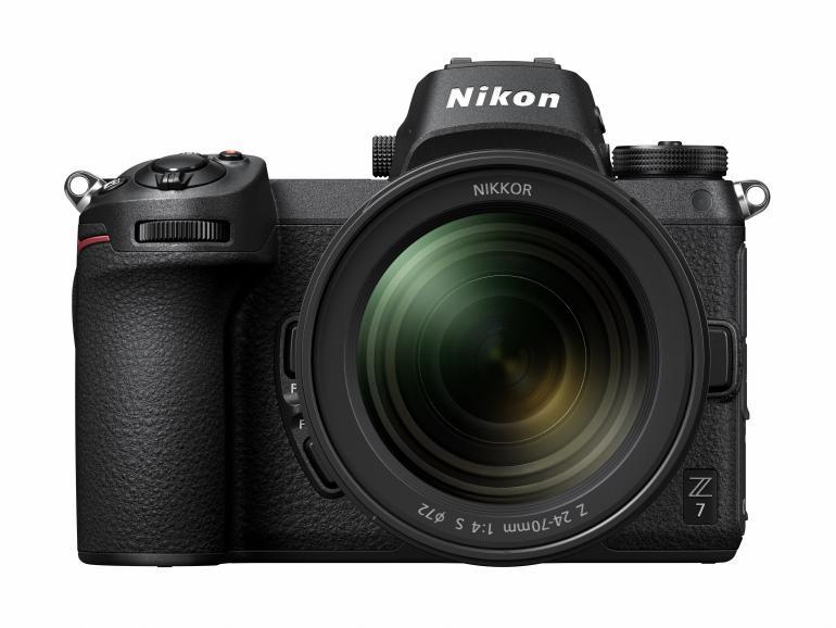 Die Nikon Z 7 positioniert sich im Nikon-Line-up auf der Stufe der beliebten Profispiegelreflexkamera D850. Die Auflösung des 45,7-MP-BIS-CMOS-Sensors ist identisch. Besser schneidet die Z 7 bei dem Prozessor, der Serienbildgeschwindigkeit, den AF-Messfeldern, dem HDMI-Output und dem integrierten Bildstabilisator ab.