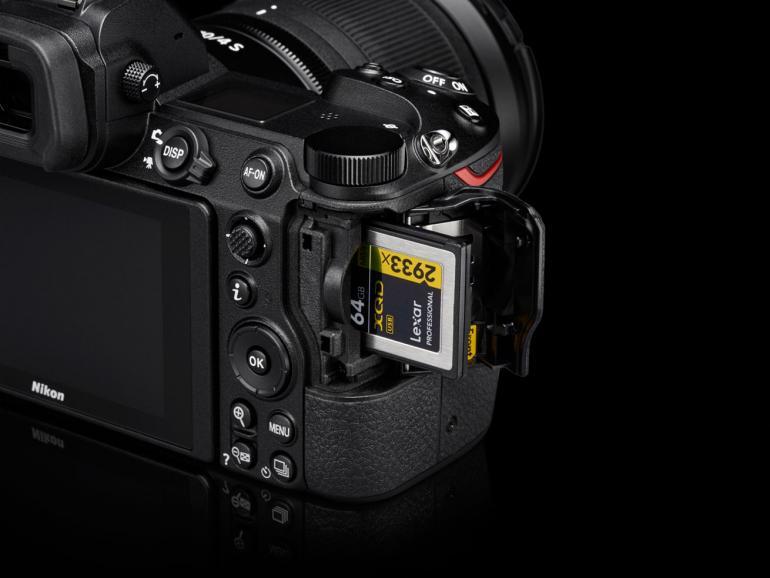 XQD-Kartenslot: Film- und Fotoaufnahmen werden auf einer schnellen XQD-Karte gespeichert. Die Schreibgeschwindigkeit liegt bei 400 MB/s. SDXC bringt es auf rund 100 MB/s. 128-Gigabyte- XQD-Modelle kosten im Handel rund 230 Euro.
