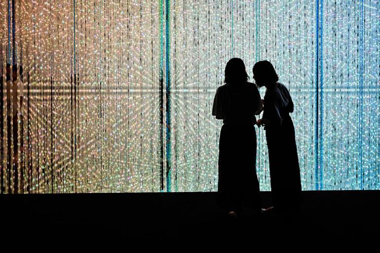 Kunstinstallation im Digital Art Museum Tokio TeamLab. Zu sehen ist ein Lichterwald aus LED-Ketten. Freihändige Aufnahme bei ISO 400, f/4 und 1/50 Sek.