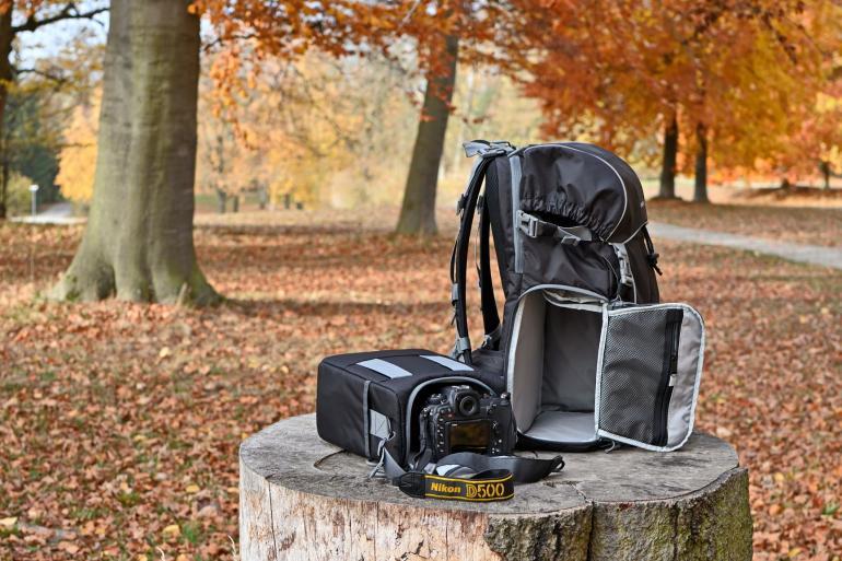 Zweigeteilt: Die Kamera wird samt ein bis zwei Objektiven in einem separaten Kamerafach verstaut. So kann der Fotograf nach Belieben nur mit der Fototasche losziehen und den Rucksack daheim lassen.