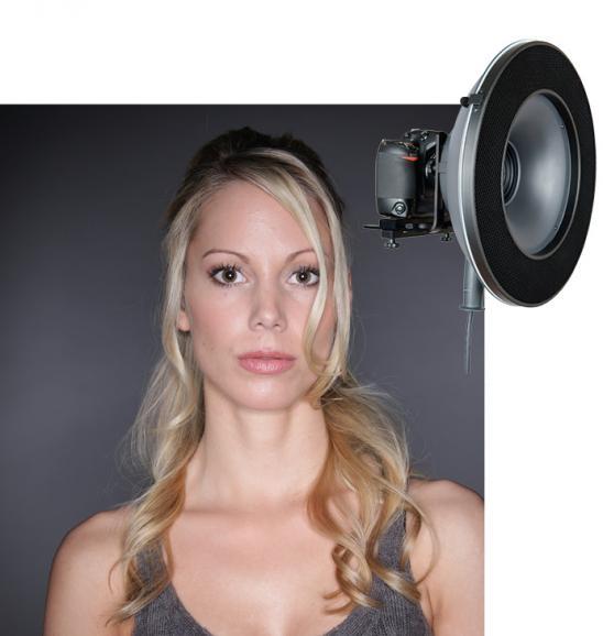 Ein Ringblitz ermöglicht eine frontale Ausleuchtung bei relativ hartem Licht mit starkem Lichtabfall nach hinten.