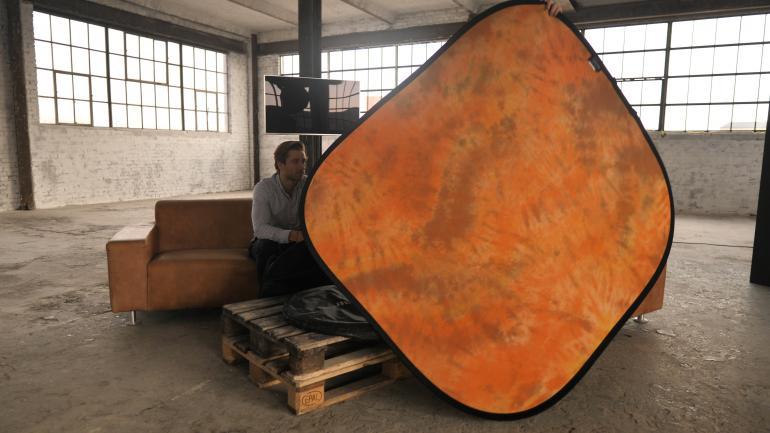 Falthintergründe bestehen aus einem Stahlrahmen aus Springstahl, der mit Stoff in unterschiedlichsten Farben bespannt ist. Seitlich können sie an einer kleinen Schlaufe aufgehangen werden und mit einer durchschnittlichen Größe von zwei Metern für Kopfporträts und manchmal sogar für Oberkörperporträts eingesetzt werden.